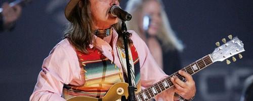Ο Dickey Betts ανεβαίνει επί σκηνής με τους Tedeschi Trucks Band