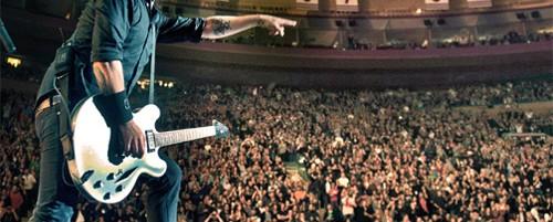 Όλος ο καλός κόσμος επί σκηνής στα γενέθλια του Dave Grohl