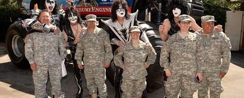 Οι Kiss και οι Def Leppard προσλαμβάνουν βετεράνους στρατιωτικούς για roadies