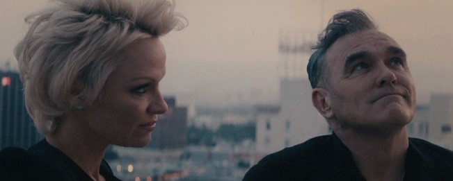 Με τη βοήθεια της Pamela Anderson η προώθηση του νέου single του Morrissey