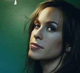 Η Alanis Morissette στρέφει τα πυρά της εναντίον διάσημων stars με τον επερχόμενο studio δίσκο της