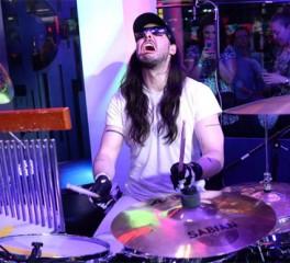 Ο Andrew W.K. παίζει drums για 24 ώρες προσπαθώντας να σπάσει το παγκόσμιο ρεκόρ / Δείτε ζωντανά την προσπάθειά του