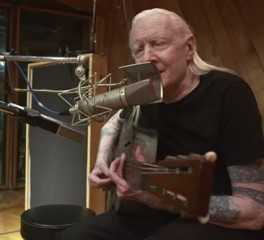 """Ο Johnny Winter διασκευάζει το """"Death Letter"""" του Son House στο τελευταίο video της καριέρας του"""