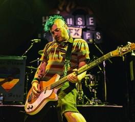 Ο frontman των NOFX κλωτσά οπαδό στο πρόσωπο (video)