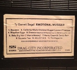 O Ty Segall ταχυδρομεί σε VHS κασέτα τον νέο του δίσκο!