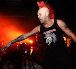 Καρδιακή προσβολή επί σκηνής υπέστη ο τραγουδιστής των Exploited (video)