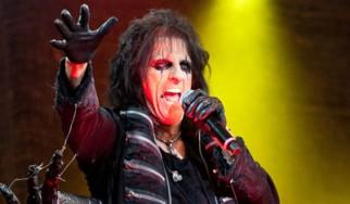 Ο Alice Cooper τιμά τους μεγάλους καλλιτέχνες που «έφυγαν» στα 70s στο Halloween show του στο Λονδίνο