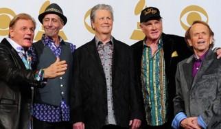 Ο Mike Love απολύει τρία μέλη των The Beach Boys