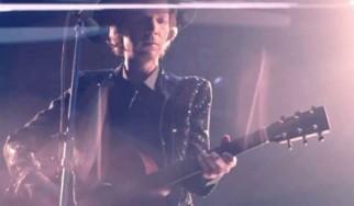 Δείτε τον Beck να διασκευάζει εντυπωσιακά David Bowie