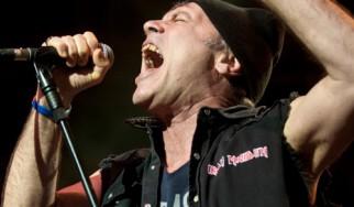 Ο Bruce Dickinson «καρφώνει» τον Rob Halford και τους Judas Priest