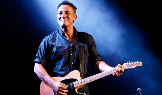 "O Bruce Springsteen διασκευάζει το ""Rebel Rebel"" του David Bowie"