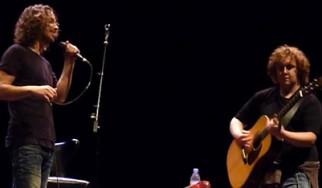 """Ο Chris Cornell ερμηνεύει το """"Outshined"""" με έναν οπαδό στην κιθάρα"""
