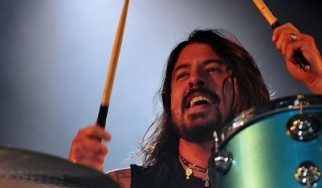 O Dave Grohl αναλαμβάνει χρέη drummer σε συναυλία των Cage The Elephant