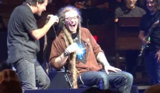 Δείτε τον Eddie Vedder να μετατρέπεται σε... κομμωτή κατά τη διάρκεια συναυλίας