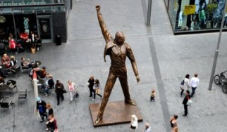 Μεταφέρθηκε το χάλκινο άγαλμα του Freddie Mercury των Queen