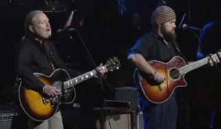 """Δείτε τους Gregg Allman, Vince Gill και Zac Brown να ερμηνεύουν ζωντανά το """"Midnight Rider"""" των Allman Brothers"""