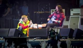 O Dave Grohl έσπασε το πόδι του αλλά τελείωσε κανονικά τη συναυλία!