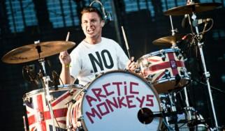 Ο drummer των Arctic Monkeys έδωσε γροθιά σε τοίχο ενώ ήταν μεθυσμένος κι έσπασε το χέρι του