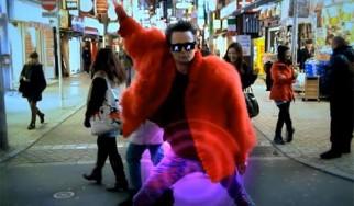 """Οι Muse κάνουν βόλτα στο Τόκιο για το εκκεντρικό νέο video clip του """"Panic Station"""""""