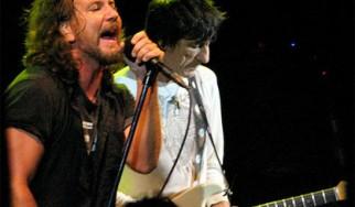 Οι Pearl Jam μαζί με τον Ronnie Wood στη σκηνή