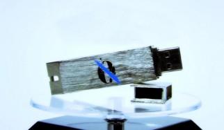 """Σε USB stick που μετατρέπεται σε ανοιχτήρι για μπύρες κυκλοφορεί το """"...Like Clockwork"""" των Queens Of The Stone Age"""