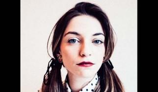 """Η πρώην τραγουδίστρια των Keep Shelly In Athens επανέρχεται με το """"I Misbehave"""""""