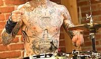Σε κρίσιμη αλλά σταθερή κατάσταση ο πρώην drummer των Blink 182, μετά από αεροπορικό ατύχημα