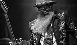 Δείτε τον Billy Gibbons των ZZ Top να το «γυρίζει» προς το latin boogie